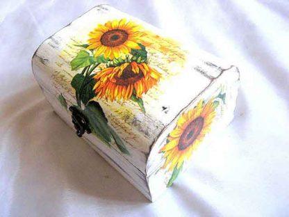 Cutie floarea soarelui pe fundal de epoca alb, cutie lemn gen cufar 25620 unghi opus