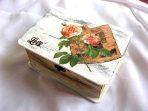 Cutie gen cufar cu trandafir japonez peste o carte, cutie de lemn 32833