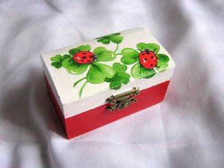 Cutiuta buburuze si trifoi cu patru foi, cutiuta lemn cu fundal alb si rosu 26340