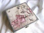 Doi ingeri copii pe o ramura cu flori roz si pasari, cutie de lemn 26117