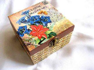 Flori si fluture pe fundal gen carte postala, cutie lemn gen cos 26367