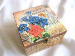Fluture si crini albastri si rosii pe fundal carte postala, cutie lemn patrata 26364