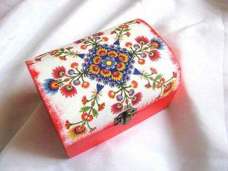 Motiv traditional cu flori stilizate in culori vii, cutie lemn 27254