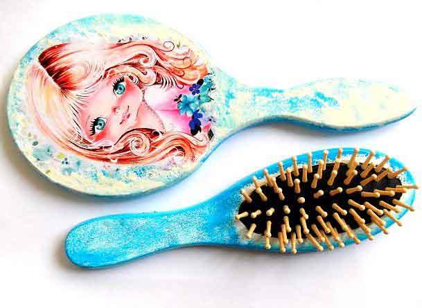 Set fata blonda cu ochi verzi, fundal galben si albastru, set perie si oglinda 33016