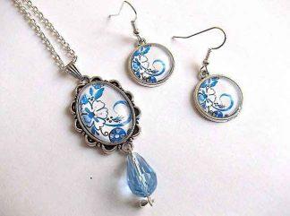 Set motiv floral alb cu albastru pe fundal alb, set cercei si colier cu pandantiv 32949