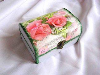 Trandafiri rosii si flori albe pe fundal portativ muzical, cutie lemn 23841