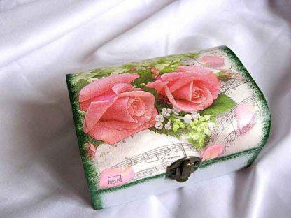 Trandafiri rosii si flori albe pe fundal portativ muzical, cutie lemn 23841 poza a 2a