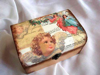Cutie cu ingeri si ghirlande de flori pe portativ muzical, cutie lemn 23117