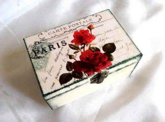 Cutie buchet de trandafiri rosii pe fundal de carte postala, cutie de lemn 33218