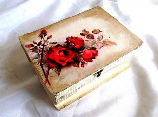 Cutie cu trandafiri rosii pe fundal maro, cutie de lemn 33222