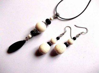 Bijuterii coral alb si howlit negru, set colier cu pandantiv si cercei 33316