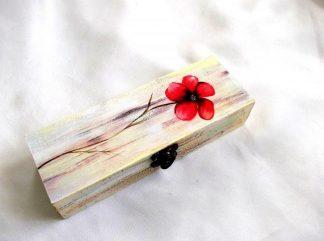 Cutie cu floare rosie, cutie din lemn 33718.Produs util femei – cutie pastrare bijuterii sau pastrare lucruri personale. Cutia este din lemn si are ca design pe capac o floare de culoare rosie pe un fundal colorat in galben,maroniu sau albastru deschis. Culori: rosu, negru, galben, maro si albastru deschis. Cutie este decorata cu tehnica decupaje, pictata manual si lacuita cu lac ecologic. Dimensiuni: lungime 20 cm, latime 7 cm si inaltime de 4 cm.