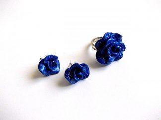 Inel reglabil si cercei cu surub, set fimo cadou femei 33675. Produs set lucrat manual din categoria cadouri bijuterii femei. Setul este format dintr-un inel reglabil si o pereche de cercei cu surub. Este realizat din fimo si ca design reprezinta trandafiri de culoare albastru inchis.