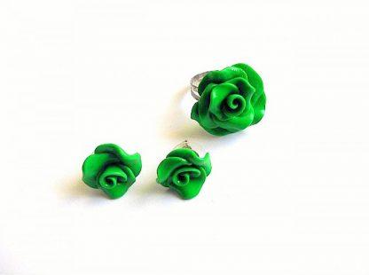 Inel reglabil si cercei cu surub, set fimo cadou femei 33676.Produs set lucrat manualdin categoriacadouri bijuterii femei. Setul este format dintr-un inel reglabil si o pereche de cercei cu surub. Este realizat din fimo si ca design reprezinta trandafiri de culoare verde.