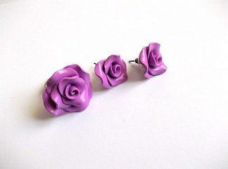 Inel reglabil si cercei cu surub, set fimo cadou femei 33678.Produs set lucrat manualdin categoriacadouri bijuterii femei. Setul este format dintr-un inel reglabil si o pereche de cercei cu surub. Este realizat din fimo si ca design reprezinta trandafiri de culoare violet.
