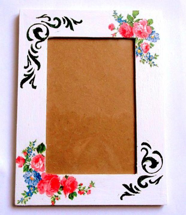 Rama decorata cu motiv floral, rama lemn fotografii 33707.Produs pentru casa si birou. Rama de lemn ce are ca design un model floral, reprezentand trandafiri rosii si flori albastre si un model ornamental pe un fundal de culoare roz. Rama este decorata cu tehnica servetelului si lacuita cu lac ecologic. Culori: rosu, albastru, verde si roz. Este prevazuta cu sticla si este potrivita pentru o fotografie de dimensiunile 10 x 15 cm. Dimensiuni rama 20 x 15 cm.