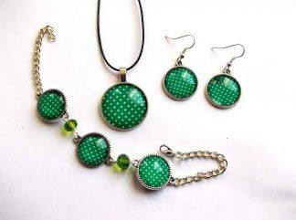 Set bratara, cercei si pandantiv, set design buline verde deschis pe fundal verde 33626