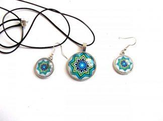 Set colier si cercei cu sticla, bijuterii cadou femei 33688.Setul este lucrat manual si reprezinta un motiv traditional.Culori: alb,albastru deschis, albastru inchis si verde .Un set de bijuterii care poate fi oferit cadou unei domnisoare sau doamne.