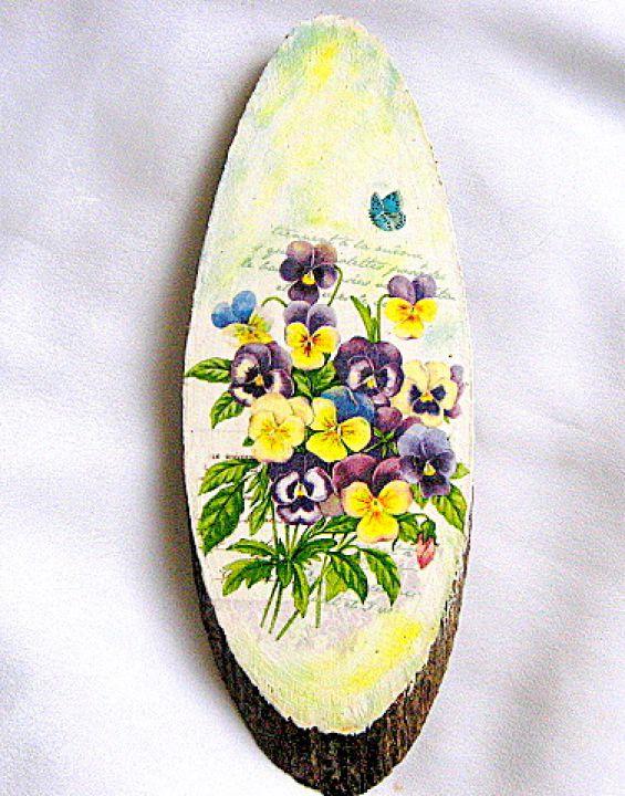Flori mov, albastre si galbene pe felie de trunchi de copac, tablou pe lemn 28560.Produs lucrat manualdincategoria decoratiuni pentru casa si gradina. Articolul are ca design un model floral, alcatuit din flori mov, albastre si galbene, precum si o inscriptie scrisa cu litere de mana in partea superioara. Tabloul este realizat prin tehnica servetelului si lacuit cu lac ecologic si are dimensiuni 27 cm/10 cm.
