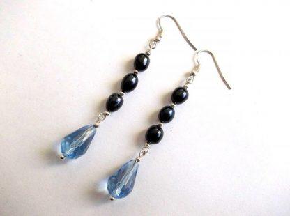 Cercei perle naturale si cristale, pereche cercei culoare albastra-blue si albastru inchis 33769.Bijuterie cadou femeicu perle naturale si cristale.Culoare albastra – blue si albastru inchis.