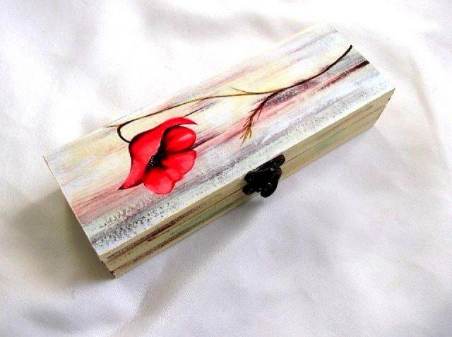 Cutie cu floare de mac, cutie din lemn 33719.Produs util femei – cutie pastrare bijuterii sau pastrare lucruri personale. Cutia este din lemn si are ca design pe capac o floare de mac, pe un fundal colorat in galben, gri, roz si albastru deschis. Culori: rosu, negru, galben, gri, roz si albastru deschis. Cutie este decorata cu hartie decupaje, pictata manual si lacuita cu lac ecologic. Dimensiuni: lungime 20 cm, latime 7 cm si inaltime de 4 cm.