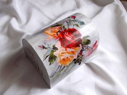 Design model floral, cutie din lemn 33790.Cutie din lemn, avand ca design un model floral, reprezentand trandafiri rosii, galben si roz, pe un fundal de culoare gri. Cutia este decorata cu hartie decupaje, pictata manual si lacuita cu lac ecologic. Culori : gri, rosu, roz, galben si verde. Dimensiuni: lungime 20 cm, latime 15 cm si inaltime 13,5 cm.