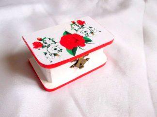 Flori de culoare rosie, cutie din lemn cu model floral 33734.Cutie de lemncu unmodel floral–flori rosii, pe un fundal alb. Marginile cutiei sunt de culoare rosu deschis. Cutia este decorata cu tehnica servetelului si pictata manual. Culori: alb, rosu deschis, verde deschis, verde inchis si galben. Dimensiuni: lungime 10 cm, latime 6 cm si inaltime 4,5 cm.