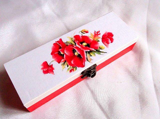 Flori de maci, cutie din lemn cu model floral 33740.Cutie de lemncu unmodel floral–flori de maci, pe un fundal alb. Partea inferioara a cutiei este de culoare rosu deschis. Cutia este decorata cu hartie decupaje, pictata manual si lacuita cu lac ecologic. Culori: alb, rosu deschis galben, verde si negru. Dimensiuni: lungime 20 cm, latime 7 cm si inaltime 4 cm.