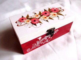 Flori rosii si galbene, cutie din lemn cu model floral 33736.Produs util femei – cutie pastrare lucruri personale. Cutie din lemncu unmodel floral, reprezentand flori rosii si galbene, pe un fundal alb. Partea inferioara a cutiei este de culoare rosie, peste care este reprezentat un model floral de culoare alba. Cutia este decorata cu hartie decupaje, pictata manual si lacuita cu lac ecologic. Culori: alb, rosu, verde, galben si negru. Dimensiuni: lungime 18 cm, latime 9,5 cm si inaltime 8 cm.