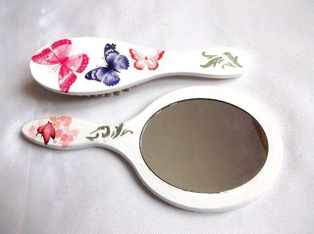 Fluturi in culori vii cu model ornamental, set oglinda si perie par femei 33855.Produs util femei– set perie par si oglinda cu fluturi in culori vii si stelute, precum si un model ornamental de culoare verde, pe un fundal alb. Culori: alb, roz, albastru, albastru-inchis, portocaliu, mov, verde si negru. Oglinda are o dimensiune mai mare decat peria. Setul este decorat manual cu tehnica servetelului, pictat si lacuit cu lac ecologic. Dimensiuni: inaltime oglinda 25 cm si inaltime perie 21 cm.