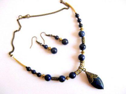 Set bijuterie lapis lazuli cu accesorii bronz, colier si cercei 16986.Produs lucrat manual din categoria bijuterii set. Bijuterie din pietre semipretioase – lapis lazuli, cu accesorii bronz . Setul este format dintr-un colier si o pereche de cercei. Culori: albastru inchis si galben.