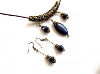 Set bijuterii lapis lazuli cu bronz si snur piele, colier si cercei 33756.Produs lucrat manual din categoria bijuterii set. Bijuterii pietre semipretioase – lapis lazuli, cu accesorii bronz si snur piele. Setul este format dintr-un colier si o pereche de cercei. Culori: albastru inchis si galben.