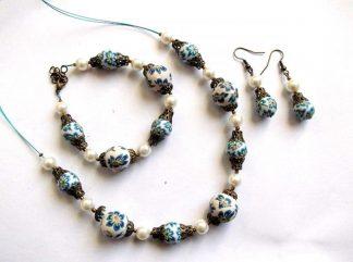 Set colier, cercei si bratara, set fimo, perle sticla si accesorii bronz 33757.Bijuterii set cadou femei, alcatuit din colier, bratara si o pereche de cercei. Culori: alb, albastru, alb-galbui, verde si galben.