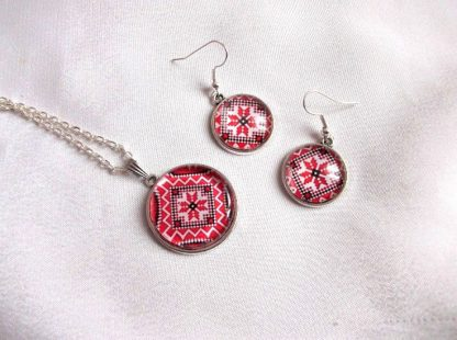 Set model traditional pe rosu, set bijuterii femei 33802.Produs set pe sticla, lucrat manual, din categoria bijuterii cadouri femei. Are ca design un model traditional stilizat. Culori: alb, rosu si negru.
