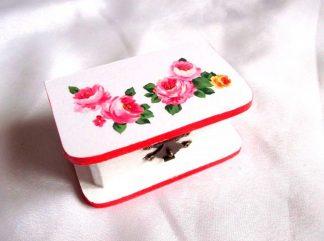 Trandafiri de culoare roz si galben, cutie din lemn cu model floral 33735.Cutie de lemncu unmodel floral– trandafiri de culoare roz si galben, pe un fundal alb. Marginile cutiei sunt de culoare rosu deschis. Cutia este decorata cu tehnica servetelului si este pictata manual. Culori: alb, roz, verde si galben. Dimensiuni: lungime 10 cm, latime 6 cm si inaltime 4,5 cm.