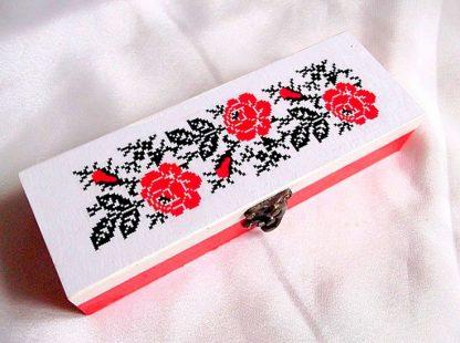 Trandafiri rosii, cutie de lemn cu model floral 33737.Cutie de lemncu unmodel floral– trandafiri rosii, pe un fundal alb. Partea superioara a cutiei este de culoare alba. Cutia este decorata cu hartie decupaje, pictata manual si lacuita cu lac ecologic. Culori: rosu deschis, alb si negru. Dimensiuni: lungime 20 cm, latime 7 cm si inaltime 4 cm.