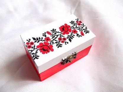 Trandafiri rosii, cutie din lemn cu model floral 33787.Cutie din lemncu unmodel floral– trandafiri rosii, pe un fundal alb. Partea inferioara a cutiei este de culoare rosu deschis. Cutia este decorata cu tehnica decupaje, pictata manual si lacuita cu lac ecologic. Culori: alb, rosu deschis si negru. Dimensiuni: lungime 9 cm, latime 5,5 cm si inaltime 5 cm.