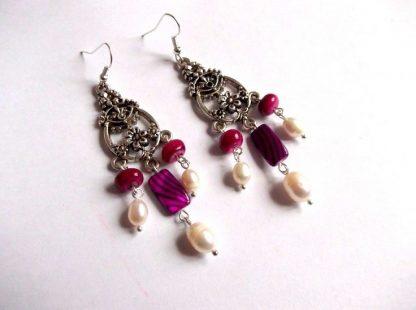 Cercei sidef si perle naturale, pereche cercei 33965.Bijuterie cadou femei. Pereche de cercei din sidef cu perle naturale de cultura. Culori: alb, galben, rosu si ciclam.