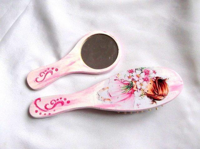 Set model floral si ornamental, set oglinda perie si par femei 33947.Produs util femei– set perie par si oglinda cu model floral, reprezentand o fetita tinand in brate un buchet de flori albe si roz, precum si un model ornamental de culoare roz, totul pe un fundal de culoare roz si alb. Peria are o dimensiune mai mare decat oglinda. Setul este decorat manual cu tehnica servetelului, pictat si lacuit cu lac ecologic. Culori: alb, roz, verde, maro si galben. Dimensiuni: inaltime oglinda 15 cm si inaltime perie 21 cm.