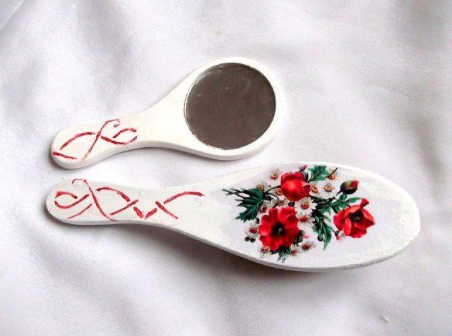 Set model floral si ornamental, set oglinda si perie par femei 33937.Produs util femei. Set perie par si oglinda cu model floral - trandafiri rosii si margarete, precum si un model ornamental de culoare rosie, pe un fundal de culoare alb. Peria are o dimensiune mai mare decat oglinda. Setul este decorat manual cu tehnica servetelului, pictat si lacuit cu lac ecologic. Culori: alb, rosu, galben, verde si negru. Dimensiuni: inaltime oglinda 15 cm si inaltime perie 21 cm.