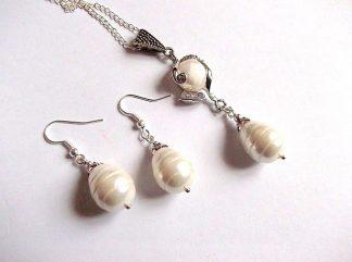 Set perle naturale, set pandativ si cercei 33966. Bijuterie cadou femei -set pandativ si cercei cu perle naturale de cultura. Lantul este simplu si se poate inlocui cu lant din argint. Culori: alb si gaben. Lungime pandativ: 6 cm.