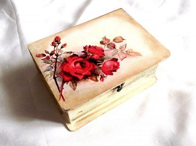 Trandafiri rosii, cutie din lemn cu model floral 33961.Cutie de lemncu unmodel floral– trandafiri rosii, pe un fundal de culoare maro deschis sau galben. Partea inferioara a cutiei este de culoare maro deschis sau galben. Cutia este decorata cu tehnica decupaje, pictata manual si lacuita cu lac ecologic. Culori: maro deschis, galben, rosu si negru. Dimensiuni: lungime 20 cm, latime15 cm si inaltime 8,5 cm.