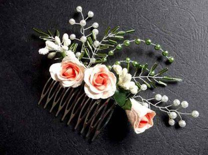 Pieptan mireasa cu flori artificiale roz, pieptan trandafiri roz 34617 pe fundal inchis