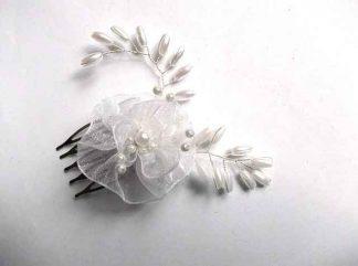 Pieptan mireasa cu perle sticla si floare organza, accesoriu nunta 34621 pe fundal alb