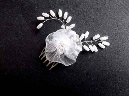 Pieptan mireasa cu perle sticla si floare organza, accesoriu nunta 34621 pe fundal negru