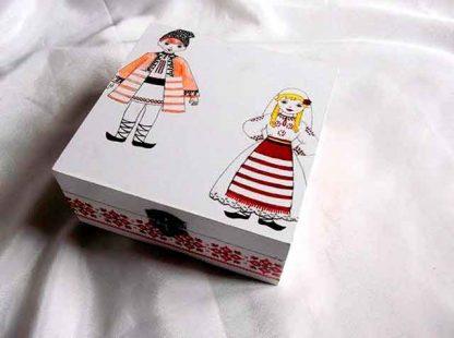 Cutie cu barbat si femeie imbracati in port traditional, cutie lemn 34777
