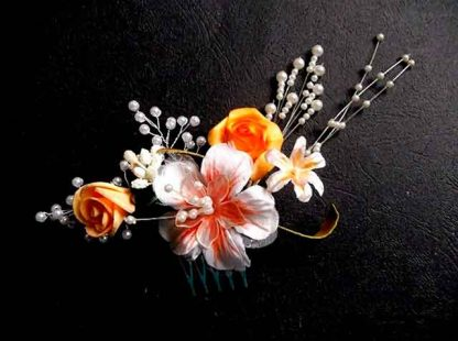 Pieptan cu flori artificiale galbene si portocaliu cu alb, pieptan mireasa 34781 fundal negru