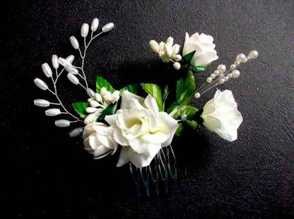 Pieptan mireasa cu flori albe artificiale, pieptan simplu mireasa 34779 fundal negru