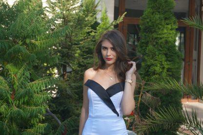 Rochie alba conica, rochie alb cu negru pentru evenimente - poza departare poza apropiere