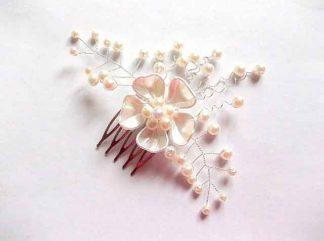 Accesoriu nunta, pieptan cu floare alba par mireasa 35109 fundal alb